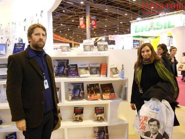 Alejandro, embajador internacional de lujo de Tinta Roja, junto a Florencia Osuna en el stand argentino del Salon du livre.