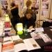 """Alejandro firma libros en el stand de la editorial """"Vents d' ailleurs"""""""